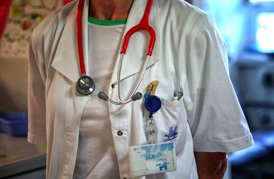 Zdravnica s stetoskopom