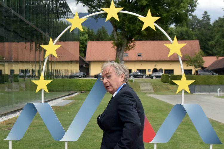 Aleš Hojs pred znakom slovenskega predsedovanja Svetu EU
