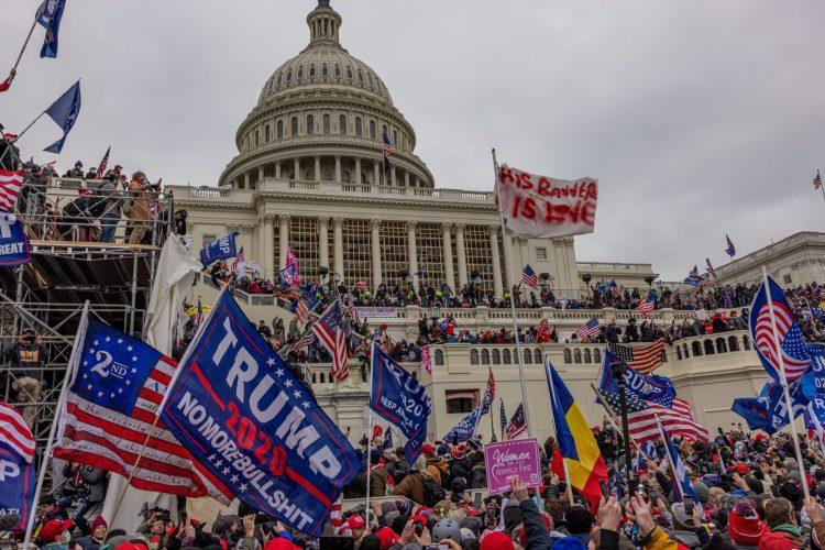Vdor podpornikov Trumpa v Kapitol