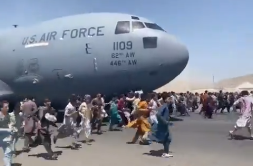Ljudje pred letalom v Kabulu
