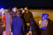 Družina iz Afganistana na letališču