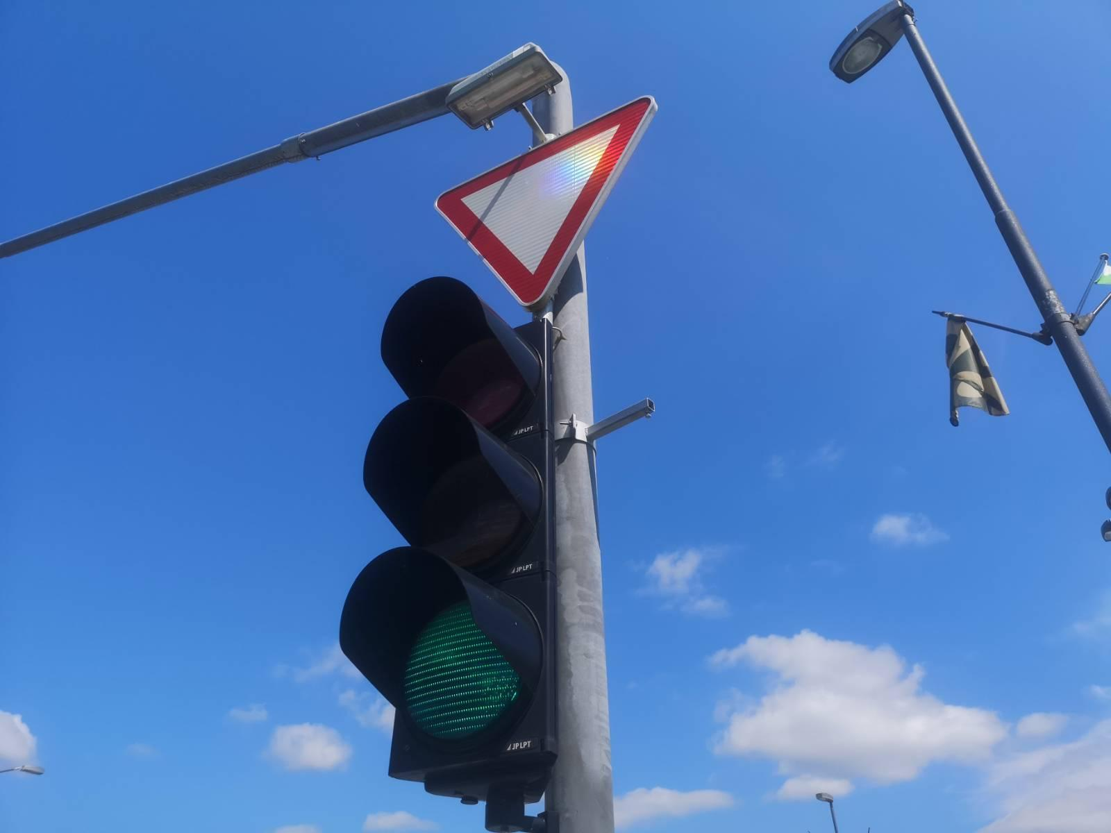 Semafor znak v desno