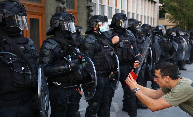 Protest proti vladnim ukrepom, shod