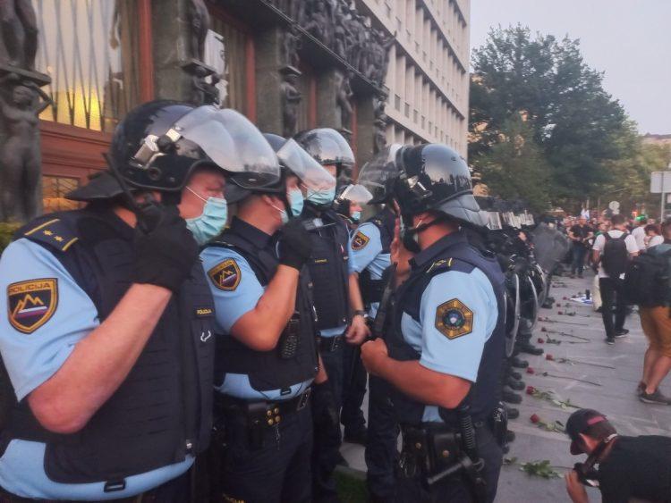 Policisti pred DZ: shod nasprotnikov cepljenja