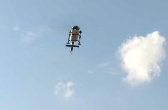 policija ukazuje iz helikopterja